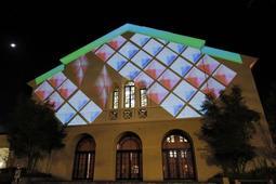 幾何学模様やサンタクロース、夜の町並みなど体育館の壁に投影される映像はさまざま=関西学院大学神戸三田キャンパス