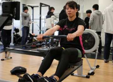 エルゴメーターで練習する西原=仙台市の東北大川内キャンパス