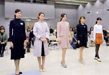 来年4月の「TGC熊本」に出演が決まった市民モデルの5人。左から原田かりんさん、藤林絵梨香さん、星下かなみさん、浜口由衣さん、池内冴果さん=15日、熊本市役所