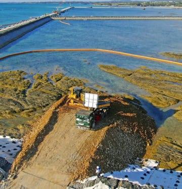 名護市辺野古の沿岸部で続行された、埋め立て用土砂の投入作業=15日午前9時14分(小型無人機から)