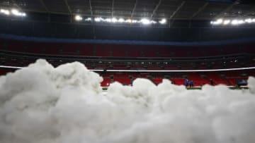 やめてあげて…サッカー審判、ファンから「雪の集中砲火」を浴びる