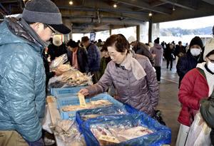 新鮮魚介類が人気 朝市にぎわう、いわき・中之作魚市場