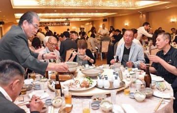 イベントで県産フグを使った料理を味わう参加者=6月、青森国際ホテル