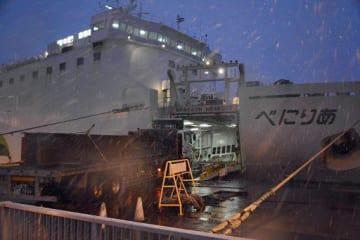 川崎近海汽船のフェリーに積み込まれる貨物トラック。本年度中にETC実用化に向けた実験が始まる=12日、八戸市