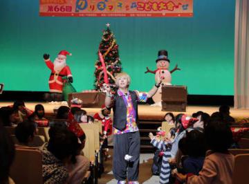 バルーンアートに歓声を上げる子どもたち