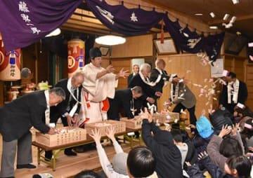 福つかまんと手を伸ばし 鶴岡・餅まき神事「年結祭」