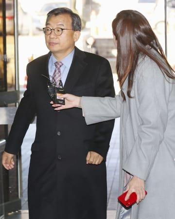 ソウル中央地裁に入る韓国大統領府の李貞鉉・元広報首席秘書官=14日(聯合=共同)
