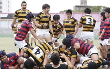 慶大―京産大 後半、川合のトライが決まり喜ぶ慶大の選手=金鳥スタ