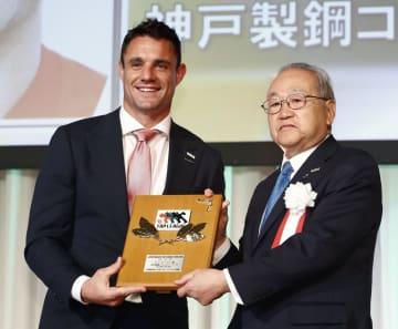 ラグビー・トップリーグの年間表彰式で、MVPに選ばれ笑顔を見せる神戸製鋼のダン・カーター(左)=16日、東京都内のホテル