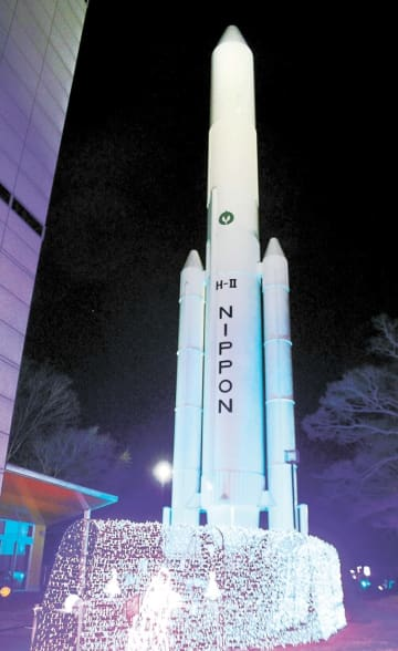 ライトアップされたH2ロケットの実物大模型