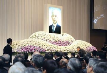 仙台市で開かれた、東北大元学長西沢潤一さんの追悼の会=16日午後