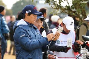 ジュニアがキャディを務めたフューチャーゴルフ(撮影:ALBA)