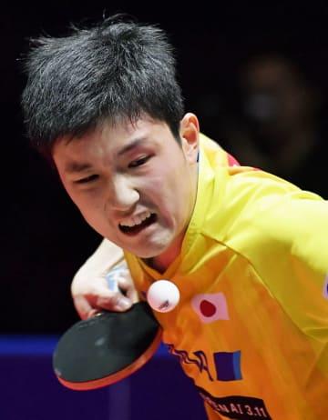 男子シングルス決勝でプレーする張本智和=仁川(共同)