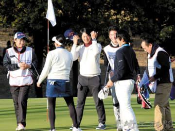 ホールアウトし、笑顔でジュニア選手らとあいさつする石川遼選手(中央)=16日、森林公園ゴルフ倶楽部