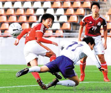 駒大高との練習試合で前半38分、左クロスに飛び込む浦和南の岡田(左)=15日午後、さいたま市内