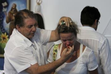2012年2月、中部ゴイアス州の診療施設で「治療」を施すジョアン・ジファリア容疑者=アバジアニア(AP=共同)