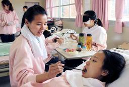 授業で食事介助を学ぶベトナム人留学生ら=篠山市南矢代、篠山学園