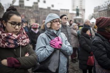 市中心部の広場で銃撃テロの被害者を追悼するストラスバーグの市民たち=16日(AP=共同)