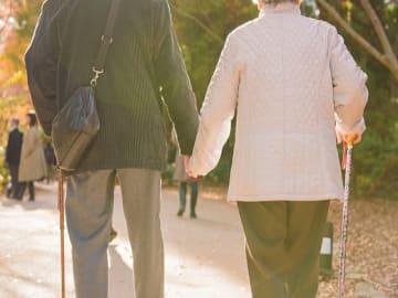 高齢社会が進む中、注目を集めるのが要介護者を抱え上げない介護、「ノーリフトケア」だ。ノーリフトケアがより浸透していけば、介護業界で中年層、高年層が働くことも可能になる。