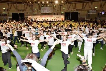 はぴねすダンスを踊る式典演技の出演者や来場者=12月16日、福井県のサンドーム福井