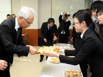 学生が商品開発したケーキを試食する関係者=各務原市那加甥田町、中部学院大各務原キャンパス