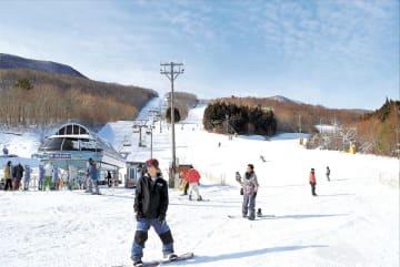 雪の感触を楽しむスノーボーダーら