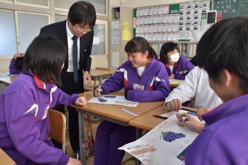 中学生にも分かるように工夫して行われた高校教員の出前授業=高萩市高浜町