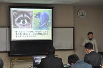 研修会でアライグマの特徴について説明する川道美枝子代表=14日、八戸市