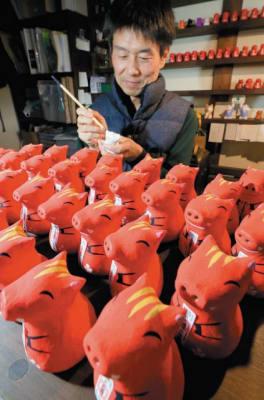 イノシシの置物を制作する姫野さん=竹田市直入町長湯