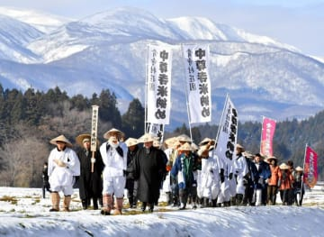 須川岳を背に、骨寺村荘園米を届けるため中尊寺を目指す一行=16日、一関市厳美町