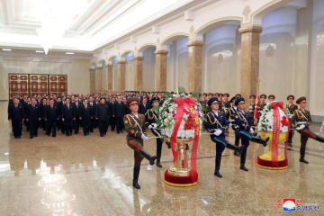 17日、クムスサン太陽宮殿を訪れた金正恩朝鮮労働党委員長(奥の前列左から6人目)ら=平壌(朝鮮通信=共同)