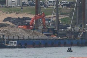 「K9護岸」で土砂搬入作業始まる 琉球セメント桟橋周辺で約50人が抗議
