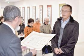 第35回市民ギャラリー展表彰式で賞状を受け取る受賞者(右)