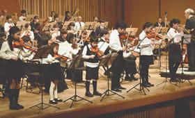 定期演奏会でステージの前に立って演奏する団員6人