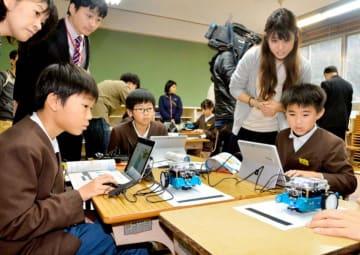 出前授業でロボットのプログラミングを学ぶ立川小児童=6日、内子町立山