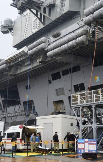 原子力空母ロナルド・レーガンから乗組員を搬送する手順を確認する米軍関係者ら=17日午前、神奈川県横須賀市