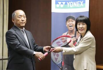 北海道の高橋はるみ知事(右)に、テニスラケットを代理で寄贈する大坂なおみ選手の祖父鉄夫さん=17日午前、北海道庁
