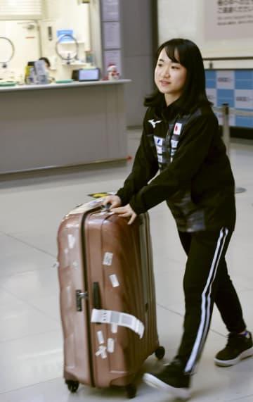 卓球のグランドファイナルを終え、帰国した伊藤美誠=17日午前、関西空港