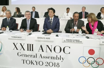 ANOCの総会に臨む(左から)JOCの竹田恒和会長、IOCのバッハ会長、安倍首相ら=11月、東京都内のホテル