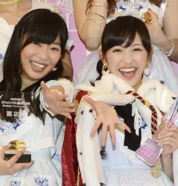 アイドルグループAKB48の「選抜総選挙」(2014年)で1位になった渡辺麻友さん(右)と2位の指原莉乃さん=7日夜、東京都調布市の味の素スタジアム=2014年6月