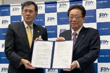 日弁連の菊地裕太郎会長(左)、全国市長会の立谷秀清会長(右)