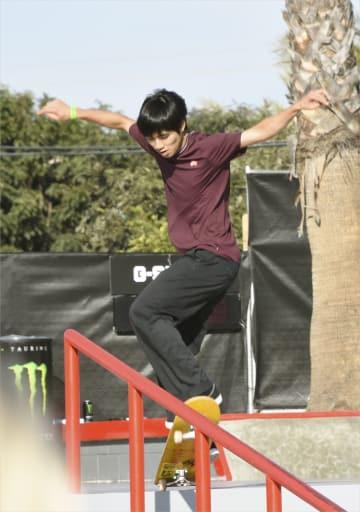 スケートボードのプロ大会で演技を披露する堀米雄斗=16日、米カリフォルニア州ハンティントンビーチ(共同)
