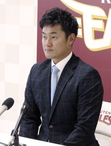 契約更改交渉を終え、記者会見する楽天の銀次=17日、仙台市の球団事務所