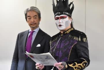 懇談会後に取材に応じるデーモン閣下(右)と渋谷健司・座長