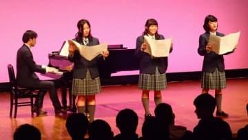 3年生を中心に音楽系科の生徒たちが合唱などを披露した卒業発表会=ヨコスカ・ベイサイド・ポケット