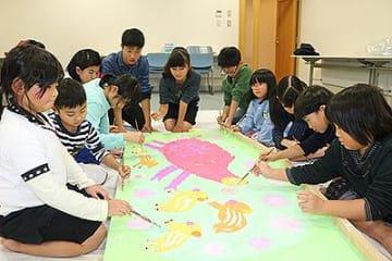 イノシシ題材に大絵馬作り 砺波「こども美術教室」受講生ら