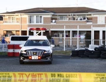 女性の遺体が見つかったアパート=17日午後4時10分、愛知県豊川市