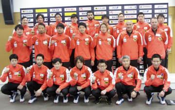 ハンドボールの男子世界選手権に向けポーズをとる日本代表の宮崎大輔(前列中央)ら=17日午後、東京都北区