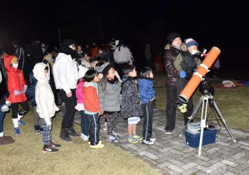 望遠鏡で星を眺める参加者たち