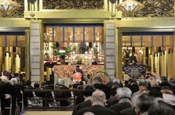 「御遷仏」を記念し、西本願寺の御影堂で営まれた法要=17日午後、京都市